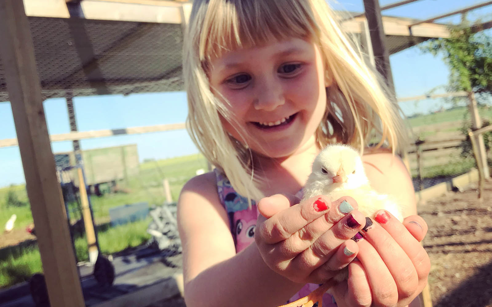 Ingrid och en kyckling