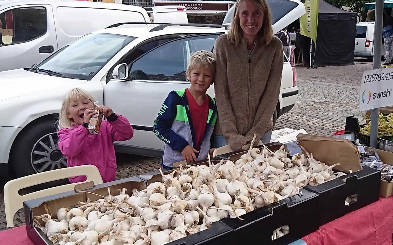 Ingrid, Sven och Elin säljer vitlök på Bondens marknad